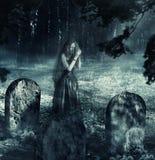 妇女鬼魂夜公墓的 免版税库存照片