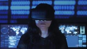 妇女黑客程序员为编程使用一件虚拟现实盔甲 未来的IT技术 股票视频