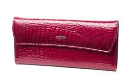 妇女黑暗的桃红色皮革钱包 免版税库存照片