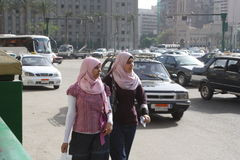 妇女,在tahrir街市开罗埃及的Mogamma大厦 免版税库存照片