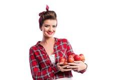 妇女,拿着篮子用苹果的画报发型 秋天harve 免版税库存图片