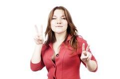 妇女,显示两次手指或胜利 库存图片
