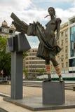 妇女,街道艺术比尔森,捷克Repu雕象有被编织的袖口的 免版税库存图片