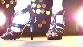 妇女,鞋子特写镜头令人愉快的英尺长度高黑脚跟的,走向照相机户内,轻的例证 股票视频