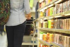 妇女,购物,超级市场,购物车,零售,杂货刺 免版税图库摄影