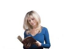 妇女读一部圣经 库存照片