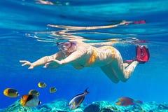 妇女水下在爱琴海 免版税库存图片
