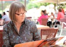 妇女读书咖啡馆菜单 免版税图库摄影