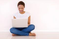 妇女读书电子邮件 库存图片