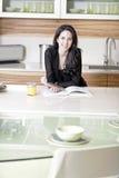 妇女读书食谱书 免版税库存图片
