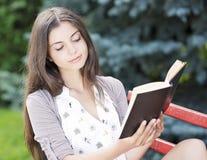 妇女读书 免版税库存照片