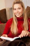 妇女读书 免版税库存图片
