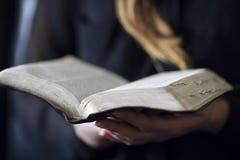 妇女读了圣经 免版税图库摄影