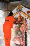 妇女给予一个条件在印度寺庙在亨比 免版税库存图片