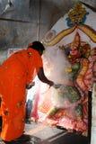 妇女给予一个条件在印度寺庙在亨比 库存照片