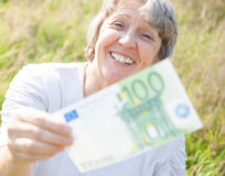 妇女移交一百欧元 库存照片