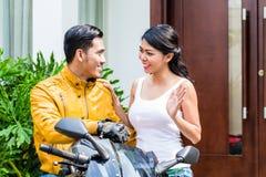 妇女说再见向摩托车骑士 免版税库存图片
