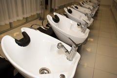 妇女头发洗涤水槽理发驻地 图库摄影