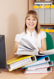 妇女读取文件在办公室 免版税库存照片
