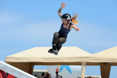 妇女轴向滑冰的竞争的一位专业溜冰者在LKXA极端体育 图库摄影