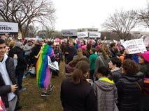 妇女`在华盛顿,彩虹同性恋自豪日旗子,抗议者的s 3月召集反对唐纳德・川普,华盛顿特区,美国总统 免版税库存照片