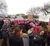 妇女`在华盛顿,这的s 3月是什么美国看上去象,抗议者召集反对唐纳德・川普,华盛顿特区,美国总统 库存照片