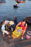 妇女给在荣市Luong口岸的一个地方海鲜市场带来高度的鲜鱼 库存图片