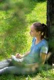 妇女画坐草 免版税库存图片