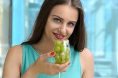 妇女给她的嘴带来每酒杯 免版税库存照片