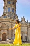 妇女去寺庙 木背景棕色概念耶稣受难象信念自由小的空间常设的文本 免版税库存图片