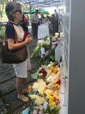 妇女致以尊敬新加坡,死由于病症年龄91的李光耀已故的前总理,新加坡3月24日2015年 免版税库存图片