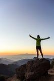 妇女登山人在富启示性的山的成功剪影 免版税库存照片