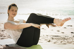 妇女20-30岁在白色T恤杉舒展  免版税库存照片