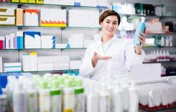 妇女30-35岁显示正确的药物 图库摄影