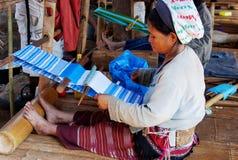 妇女织布工-白色卡伦部族村庄,夜丰颂, Thailan 库存图片
