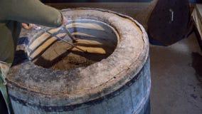 妇女离开tandoor煮熟的传统英王乔治一世至三世时期面包shoti
