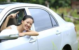 妇女满意对第一辆汽车 免版税图库摄影