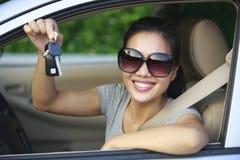 妇女满意对第一辆汽车 库存图片