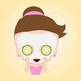妇女满意对面部白色面具用在面孔的黄瓜健康的温泉的,在平的设计的例证传染媒介 库存照片
