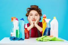 妇女组成并且清洗房子,她看起来疲乏 库存照片