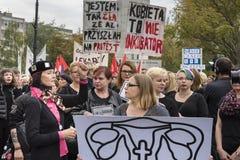 妇女黑抗议在华沙 库存照片