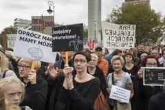 妇女黑抗议在华沙 免版税库存照片