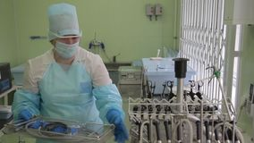 妇女医护人员内窥镜的创新仪器为绝育做准备 影视素材