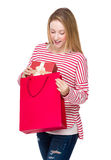 妇女去掉从购物袋的礼物盒 免版税库存照片