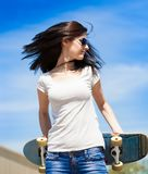 妇女滑板,关闭,蓝色牛仔裤,外形 图库摄影