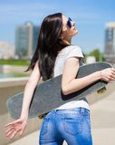 妇女滑板,关闭,蓝色牛仔裤,外形 免版税图库摄影