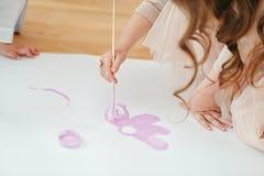 妇女画油漆 免版税库存照片