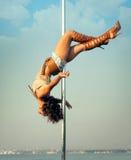 妇女锻炼户外杆舞蹈。 免版税库存照片