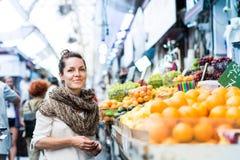 妇女购物在市场上 库存图片