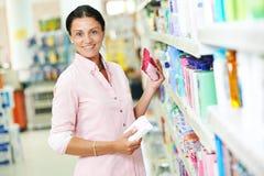 妇女购物在超级市场 免版税库存照片